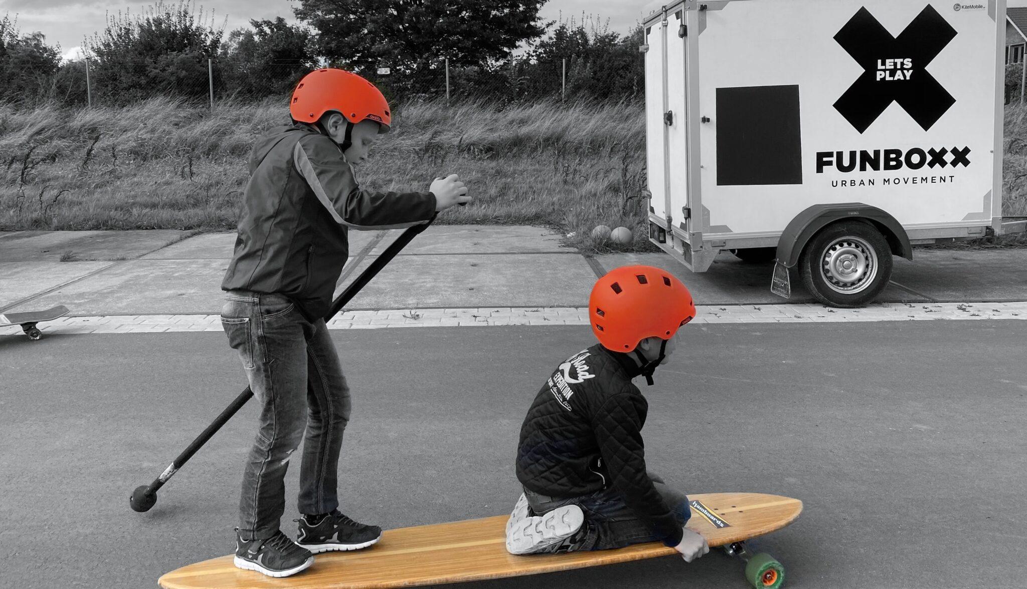 Kinderen op een longboard