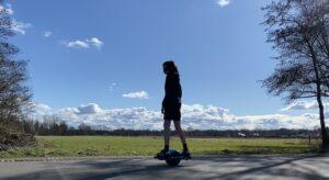 jongen rijd op een onewheel
